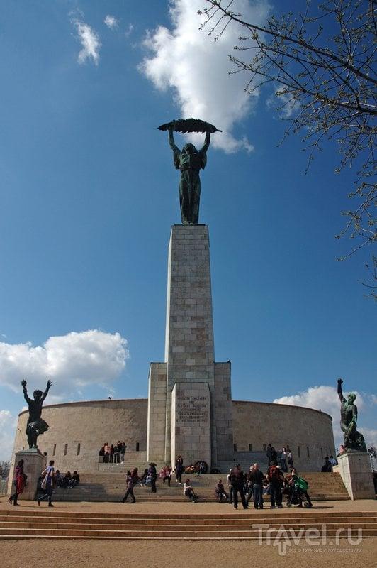 40-метровая статуя Свободы на горе Геллерт у входа в цитадель Будапешта