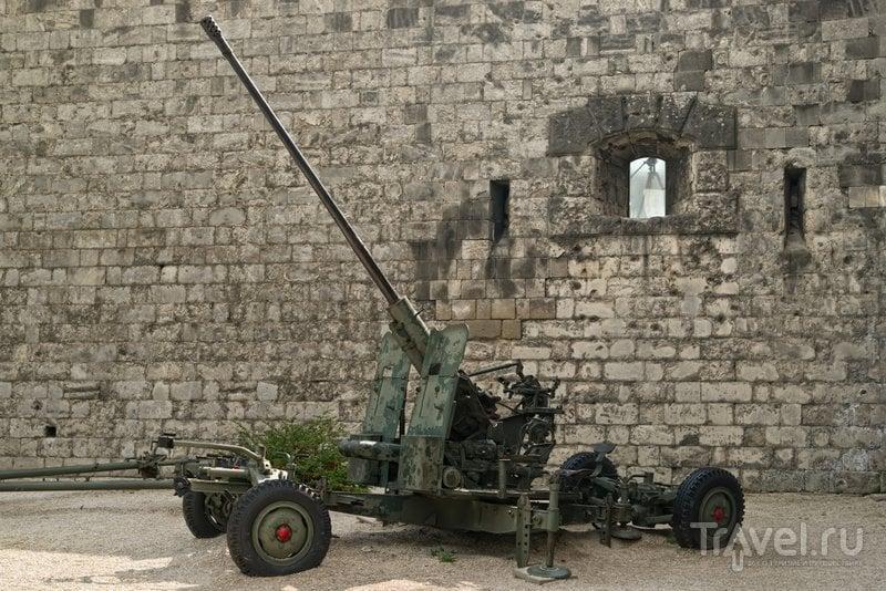 У стен цитадели можно увидеть оружие времен Второй мировой