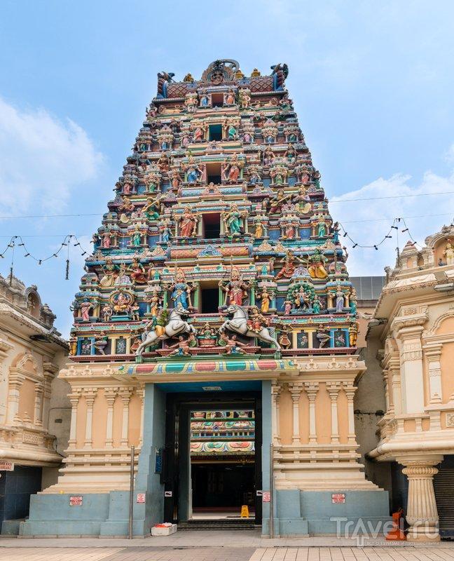 Надвратная башня в традиционном индийском стиле, украшенная сотнями скульптур
