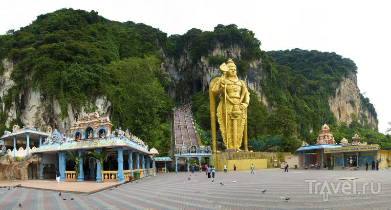 Чтобы войти в пещеру, нужно пройти мимо огромной статуи Муругана и преодолеть 272 ступени