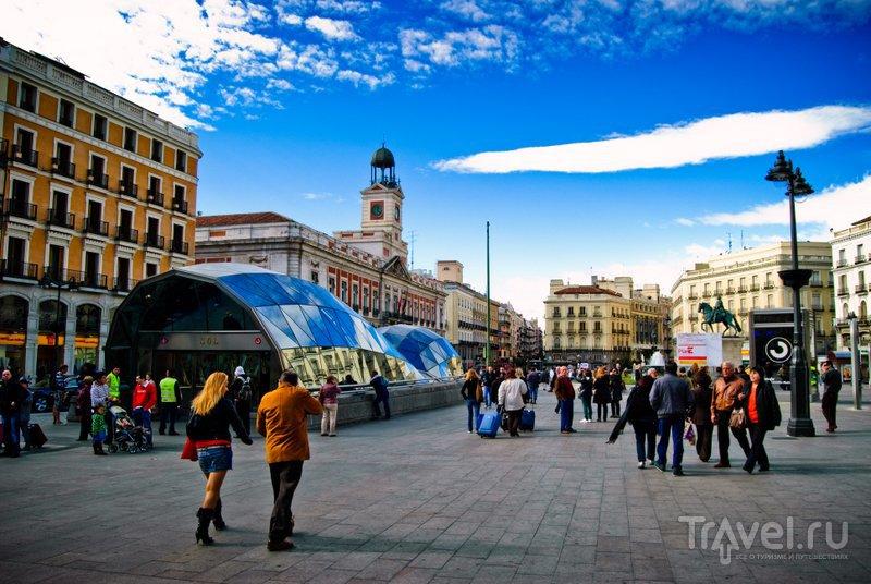 На переднем плане - вход на станцию метро, которая называется так же, как и площадь: Puerta del Sol