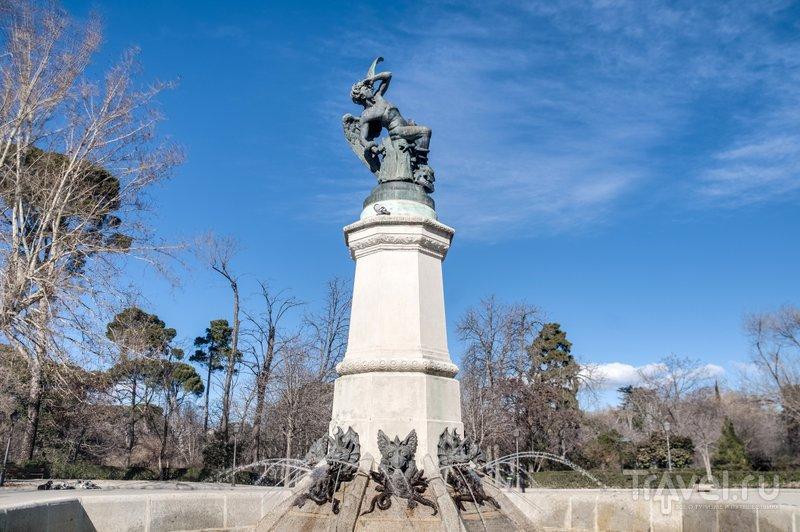 Фонтан, который венчает скульптура падшего ангела