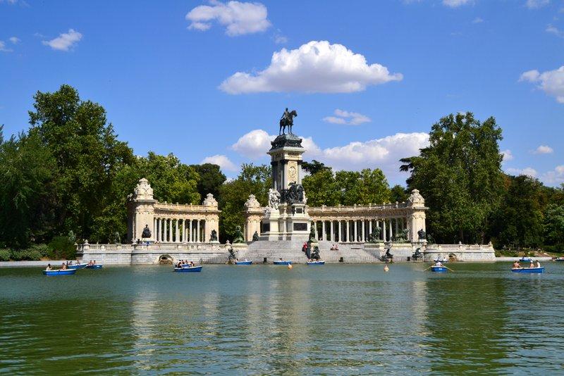 Вид на колоннаду и озеро в парке Мадрида Буэн-Ретиро