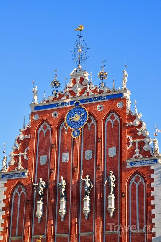 Фасад дома Черноголовых украшают скульптуры