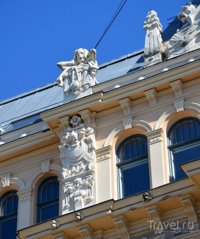 Украшения фасада одного из домов в центре Риги