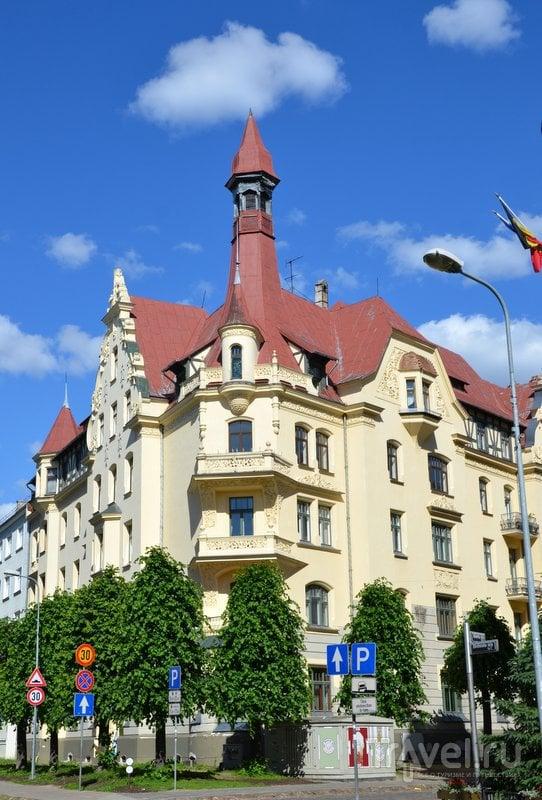 Дом, в котором находится музей ар-нуво, легко узнать благодаря башенке на крыше