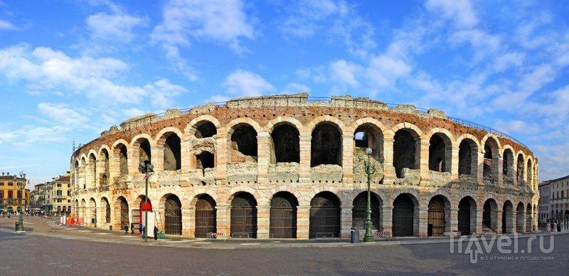 Вид на веронский амфитеатр с площади Пьяцца-Бра