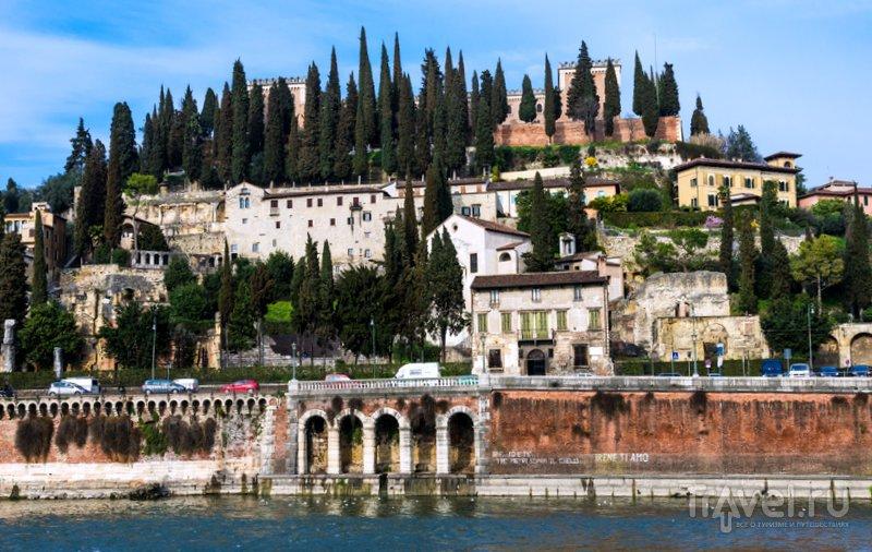 Вид на холм Кастель-Сан-Пьетро и Римский театр Вероны