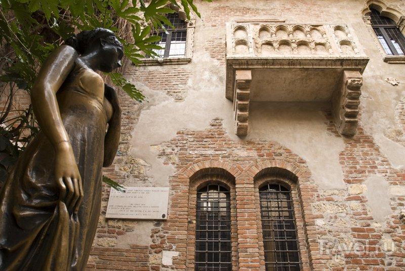 Перед самым романтичным домом Вероны установлен памятник его выдуманной обитательнице
