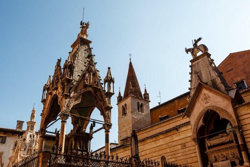 Арки Скалигеров - богато украшенные готические саркофаги правителей Вероны, расположенные у церкви Санта-Мария-Антика