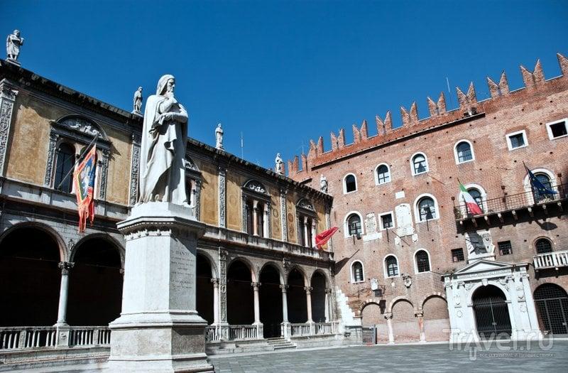 В центре площади Синьории установлен памятник великому итальянскому поэту Данте.