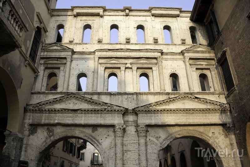 До наших дней сохранился лишь один из фасадов античных ворот Вероны