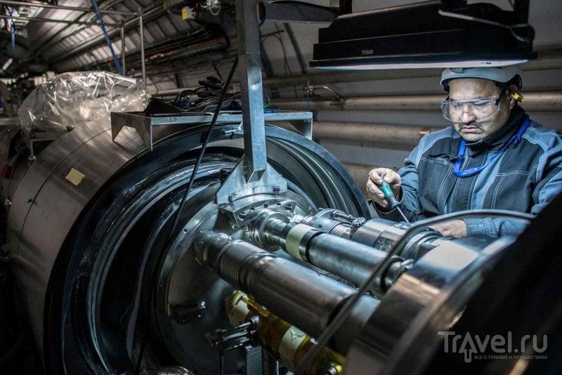 Инженер настраивает коллайдер