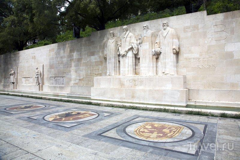 Центральные статуи изображают Гийома Фареля, Жана Кальвина, Теодора Беза и Джона Нокса