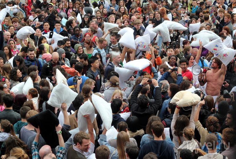 Грандиозный бой подушками на Трафальгарской Площади. Лондон / Великобритания