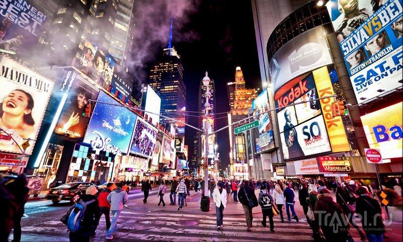 Ночью, когда зажигают огни, Бродвей преображается. Жизнь здесь ни на секунду не останавливается
