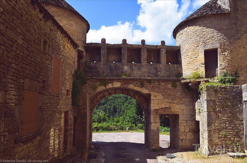 Крепостная стена и ворота. Flavigny sur Ozerain, Франция / Фото из Франции