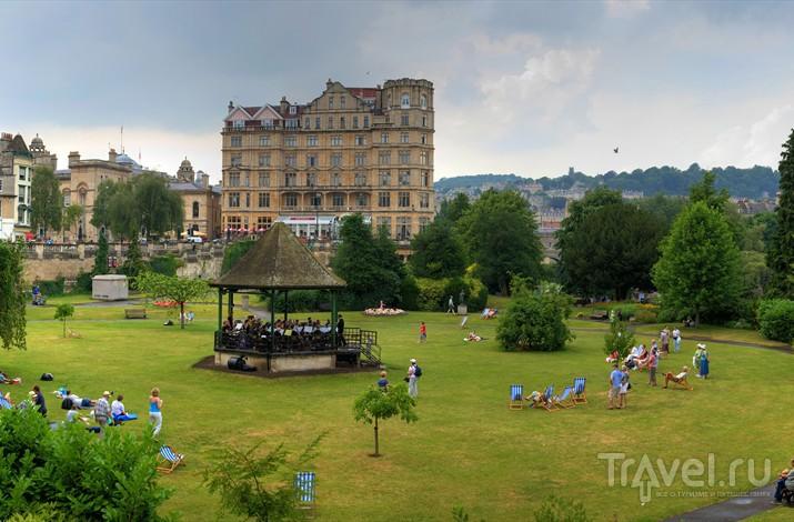 парадные Сады славятся своими роскошными зелеными газонами, на которых любят отдыхать туристы и местные жители