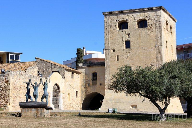 Три грации перед входом в башню Велья танцуют сардану