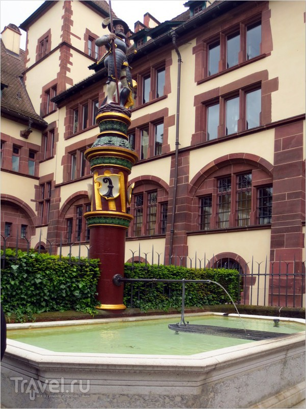 Характерный базельский фонтан на маленькой площади Мартинсплац / Фото из Швейцарии