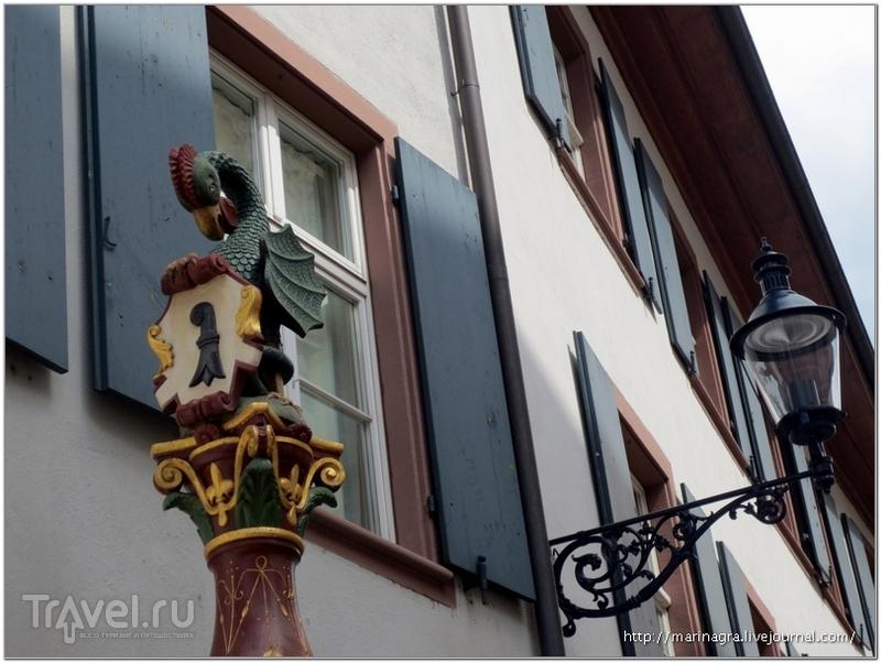 Фонтан Baseliskenbrunnen (1530) со статуей хранителя герба города - Базелиска / Фото из Швейцарии