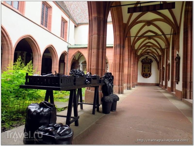 Современная скульптурная композиция в средневековом дворе собора / Фото из Швейцарии