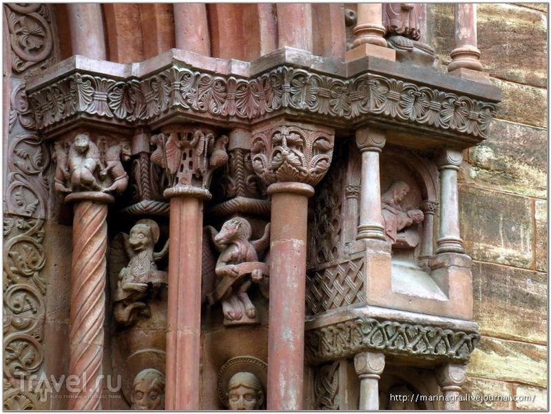 """Фрагменты портала """"Галлус"""". Символы четырех евангелистов - ангел, орел, лев и телец - над статуями евангелистов / Фото из Швейцарии"""