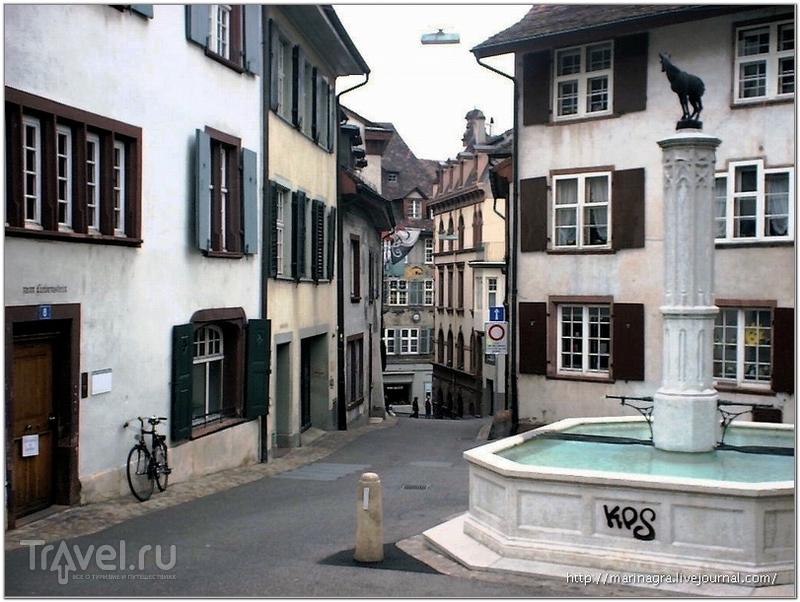 """Фонтан на Gеmsberg (""""холм серны""""): изящная статуя серны контрастирует с массивным бассейном, вытесанным из цельной каменной глыбы / Фото из Швейцарии"""