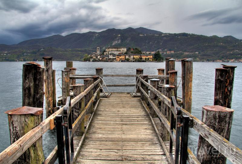 Паром на остров Сан-Джулио отправляется от площади Piazza Motta в городке Орта-Сан-Джулио / Италия