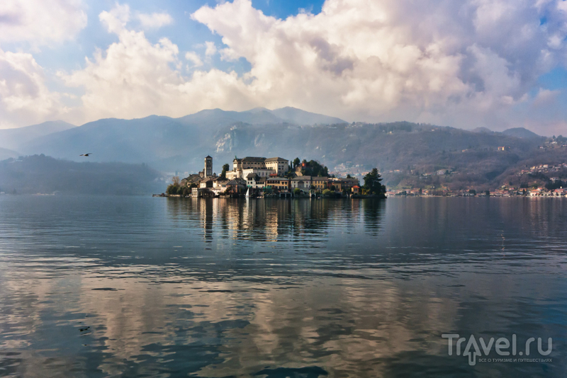 Остров Сан-Джулио расположен в водах альпийского озера Орта / Италия