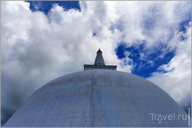 Очень впечатляющее строение - масштаб на фото не понять / Шри-Ланка