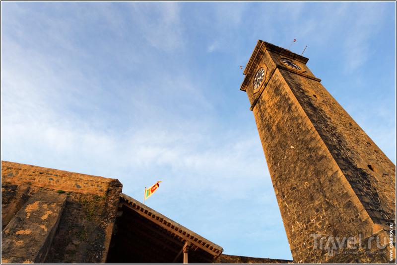 Сейчас над стенами форта подняты ланкийские флаги... / Шри-Ланка
