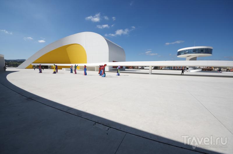 Каждое из пяти зданий отличается причудливостью форм и ярким цветом фасадов / Испания