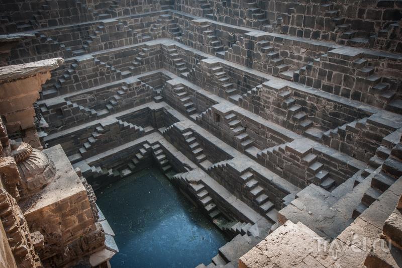 На трех стенах колодца в идеальной симметрии расположено 3500 ступеней. / Индия