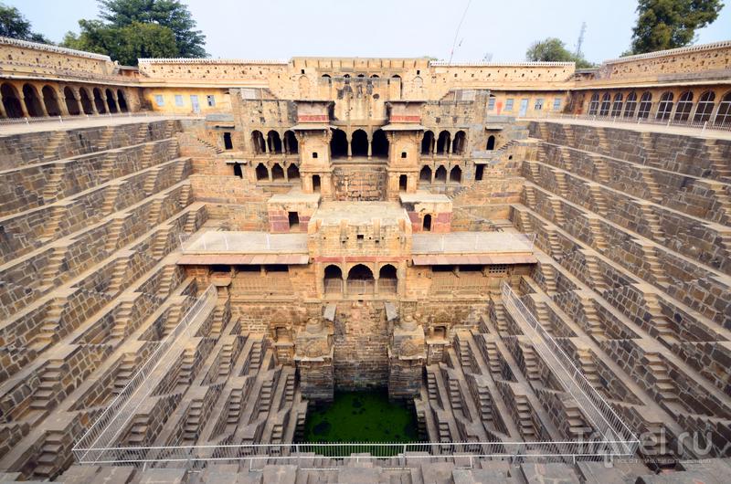 С четвертой стороны колодца находится несколько помещений, украшенных колоннами и резными скульптурами. / Индия