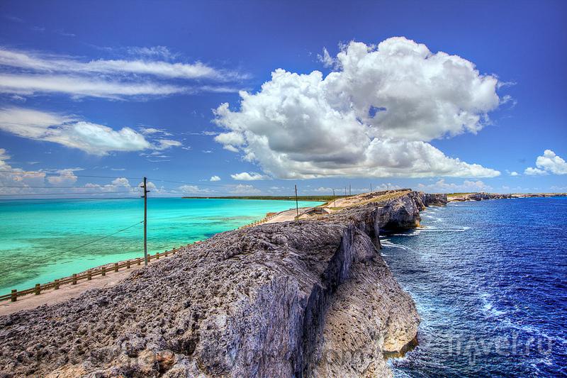 Мост Glass Window Bridge в самой узкой части острова Эльютера / Багамские острова