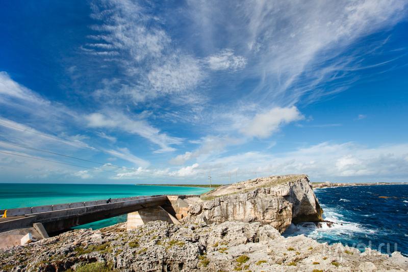 Бирюзово-зеленое Карибское море и тёмно-синие воды Атлантики / Багамские острова