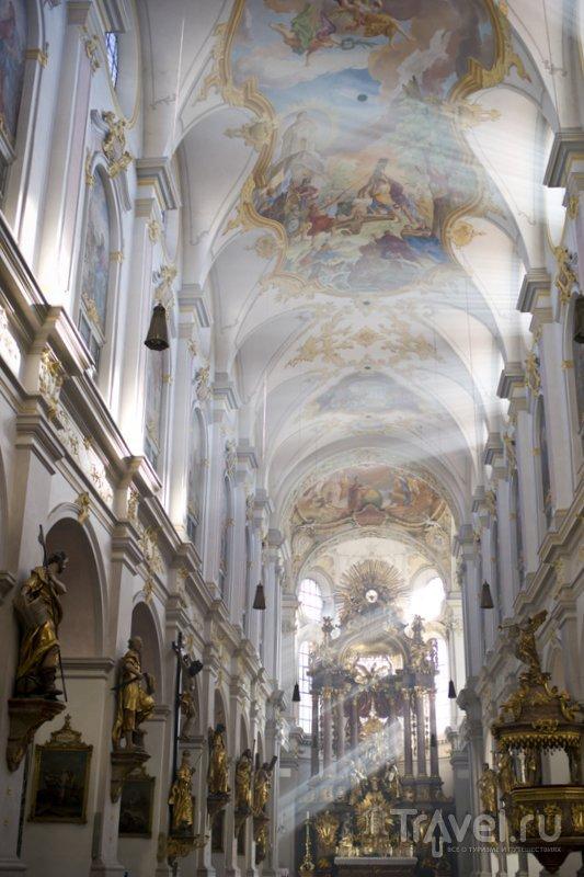 """Интерьер """"Старого Петра"""": лучи солнца пронизывают собор."""