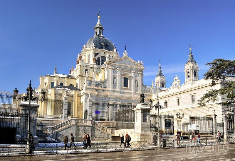 В этом соборе венчался испанский принц Филип, сын правящего страной короля Хуана Карлоса I