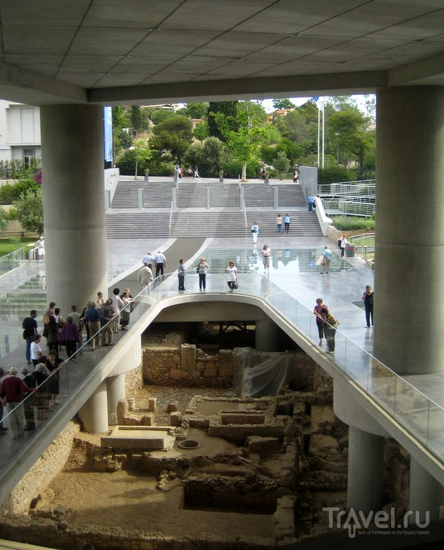 Посетители могут видеть фундаменты древних зданий, найденные в результате раскопок