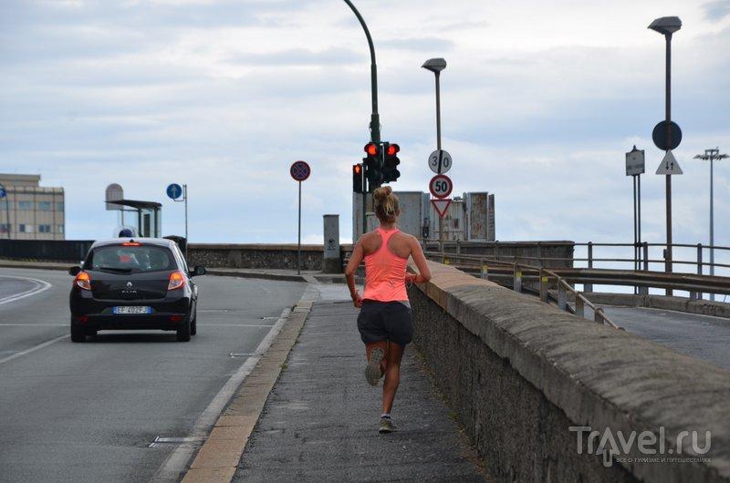 Нужно быть спортсменом только для того, чтобы ходить по холмистым улицам Генуи. / Фото из Италии