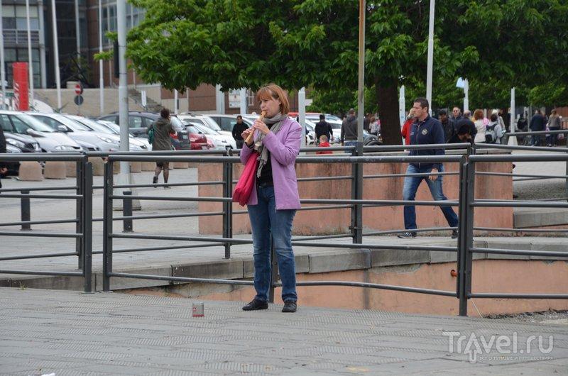 Флейтистка из Старого порта - наверняка родом из России или бывшего СССР.  / Фото из Италии