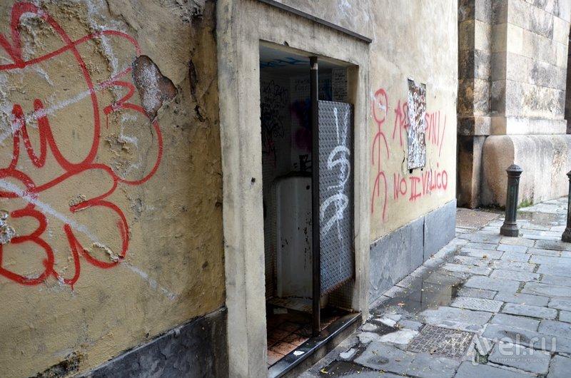Зато в самых захудалых, узких и темных улочках старого города можно встретить писсуар. / Фото из Италии
