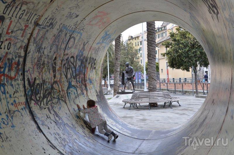 Посреди площади в порту установлена здоровая труба. Почему бы и нет. / Фото из Италии
