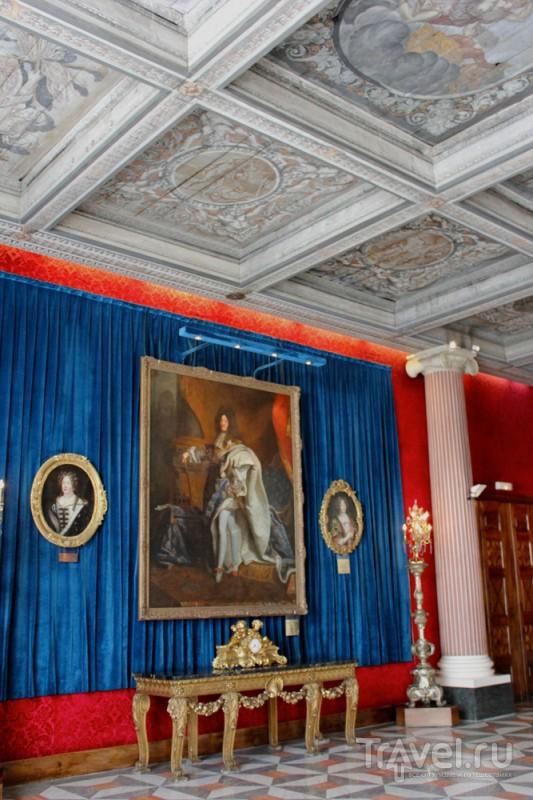 Помещение отеля словно музей: здесь немало антикварных картин и мебели