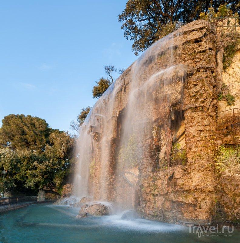 Искусственный водопад, расположенный рядом со смотровой площадкой на Замковом холме Ниццы