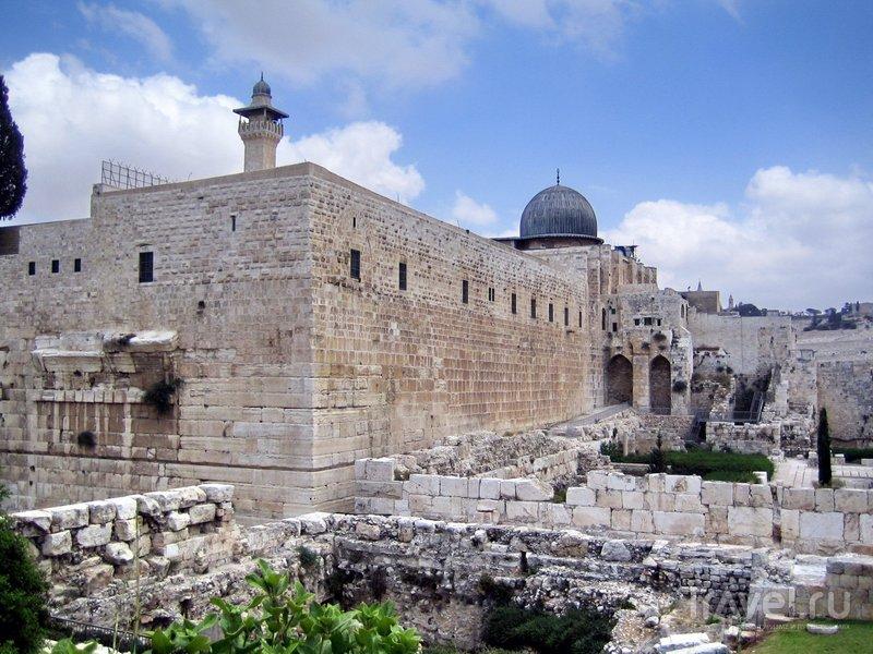 Храмовая гора обнесена высокой стеной