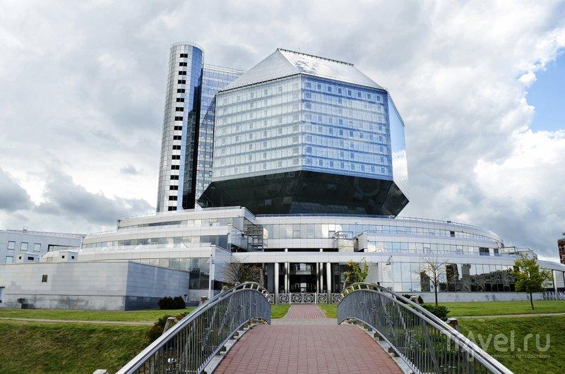 Здание библиотеки выглядит очень футуристично
