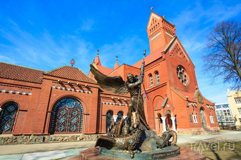 Вид на памятник и Красный костел
