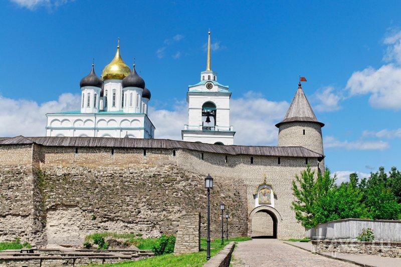 Вход в Псковский кремль